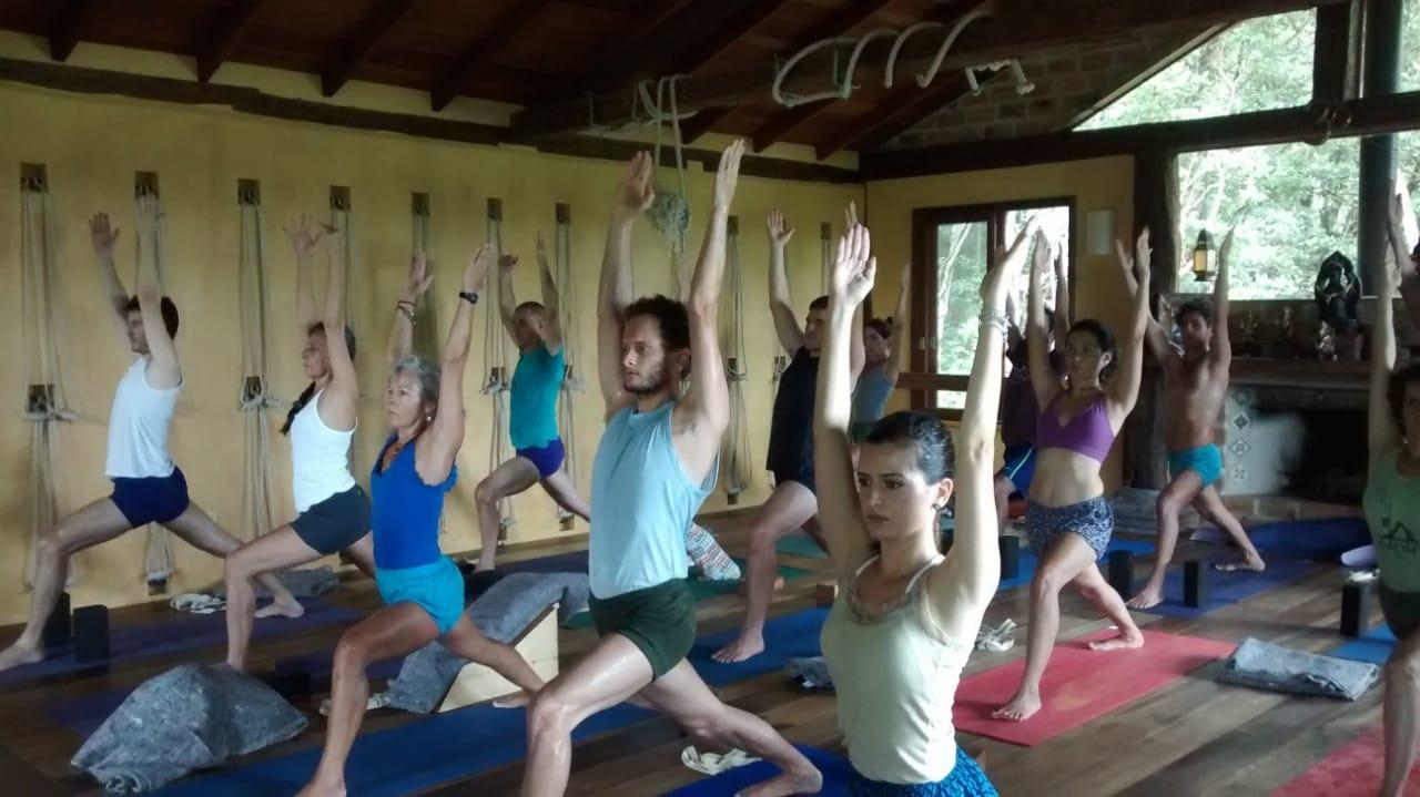Um curso para conhecer e praticar Iyengar Yoga